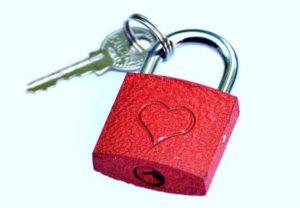 ключ с замком, с изображением сердца. фото