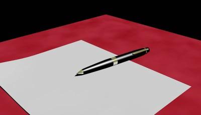 ручка и лист бумаги. фото