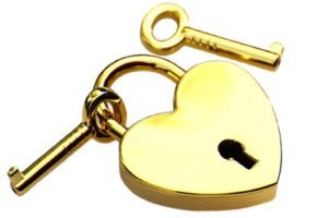 ключи от замка в виде сердца. фото
