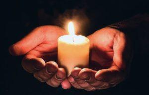 свеча в руках. фото