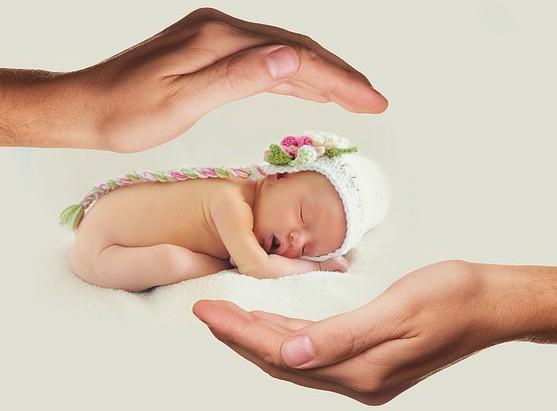 руки вокруг малыша. фото
