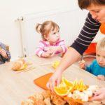Дети с няней в детском саду. фото
