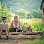 внук с бабушкой на скамейке. фото