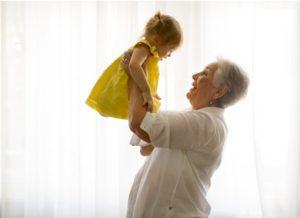 маленькая девочка на руках у бабушки. фото