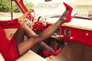 девушка в ретро-авто. фото