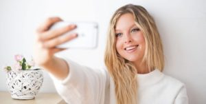девушка со смартфоном. фото