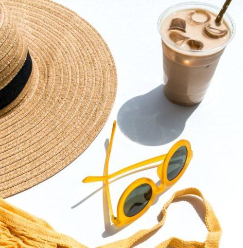 шляпа, очки, прохладительный напиток. фото