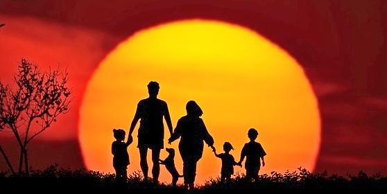 Дети и взрослые взялись за руки на фоне заката. иллюстрация