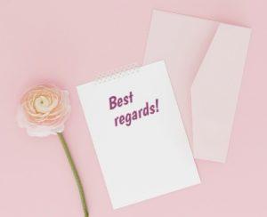 конверт, бумага и цветок. фото