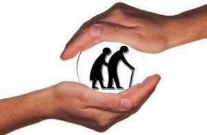 руки держащие сферу, в которой силуэты престарелых людей. иллюстрация