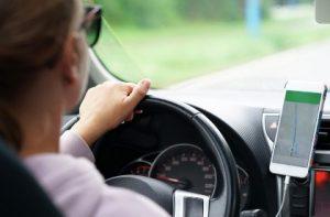 рука женщины на рулевом колесе автомобиля. фото