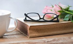 чашка, книга, очки и цветы. фото