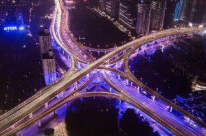 подсвеченные автомагистрали в ночи. фото