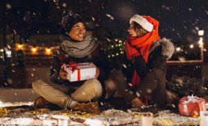 девушка и парень на снегу. фото