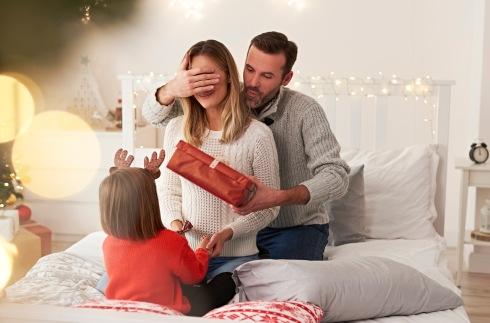 пара с ребенком в новогодней атмосфере. фото