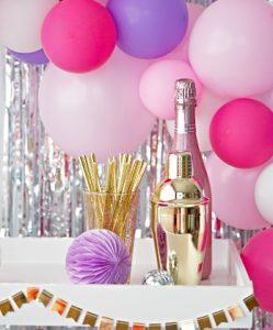 воздушные шары, шампанское аксессуары для праздника. фото
