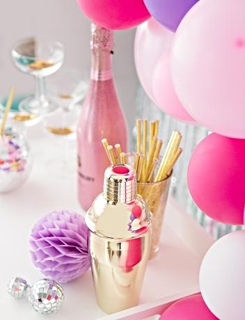 шампанское в бутылке, ведерко для охлаждения, стакан с соломинками для питья и декор. фото