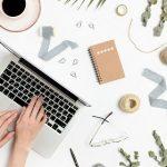 руки печатают на клавиатуре ноутбука. фото