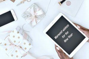 планшет в руках и подарки. фото