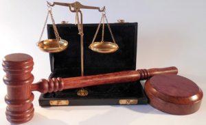 судейский молот и подставка для него, весы и бархатная коробка