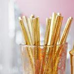 стакан с соломинками для напитков. фото