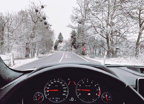 зимний пейзаж за стеклом авто. фото