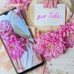 гаджет, розовые георгины и листок с надписью. фото