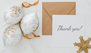 елочные украшения и конверт с листом бумаги. фото
