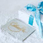 нарядная коробка для подарка и подписанная открытка. фото
