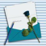 конверт с бумагой, карандаш и роза. иллюстрация