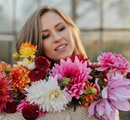 женское лицо среди цветов. фото
