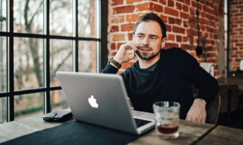 мужчина за компьютером. фото