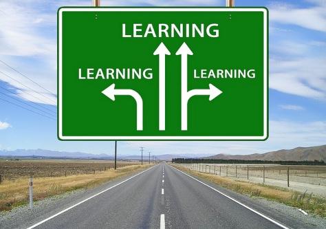 дорога и дорожный щит с указателем направлений движения. иллюстрация