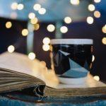 чашка кофе стоящая на книге. фото