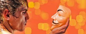 мужское лицо, смотрящее на маску. иллюстрация
