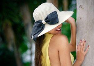 девичий профиль в шляпе. фото