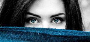 Женское лицо, наполовину закрытое платком. фото