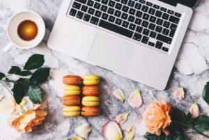 Клавиатура от ноутбука, цветы, лепестки, чашка. фото