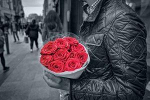 Мужские руки, держат розы. фото