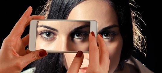 Глаза в смартфоне. иллюстрация