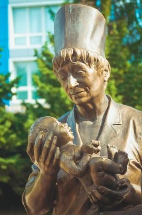 Скульптура женщины с ребенком. иллюстрация
