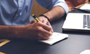 Мужские руки, бумага, ручка. фото