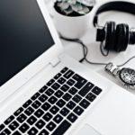 Ноутбук, часы и наушники. фото