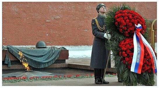 Гвоздики в венке с лентами у памятника неизвестному солдату. иллюстрация