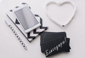 Ежедневник, карандаш, смартфон и карточки. фото