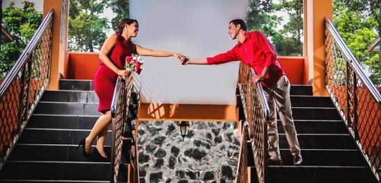 парень и девушка на параллельных лестницах. фото