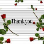 Рассыпанные розы на полосатом фоне с надписью. иллюстрация
