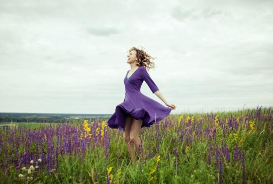 Девушка на цветущем лугу. фото