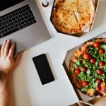 Ноутбук, смартфон и пицца. фото