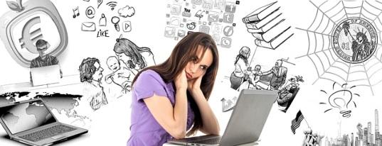 Молодая женщина перед монитором ноутбука. иллюстрация